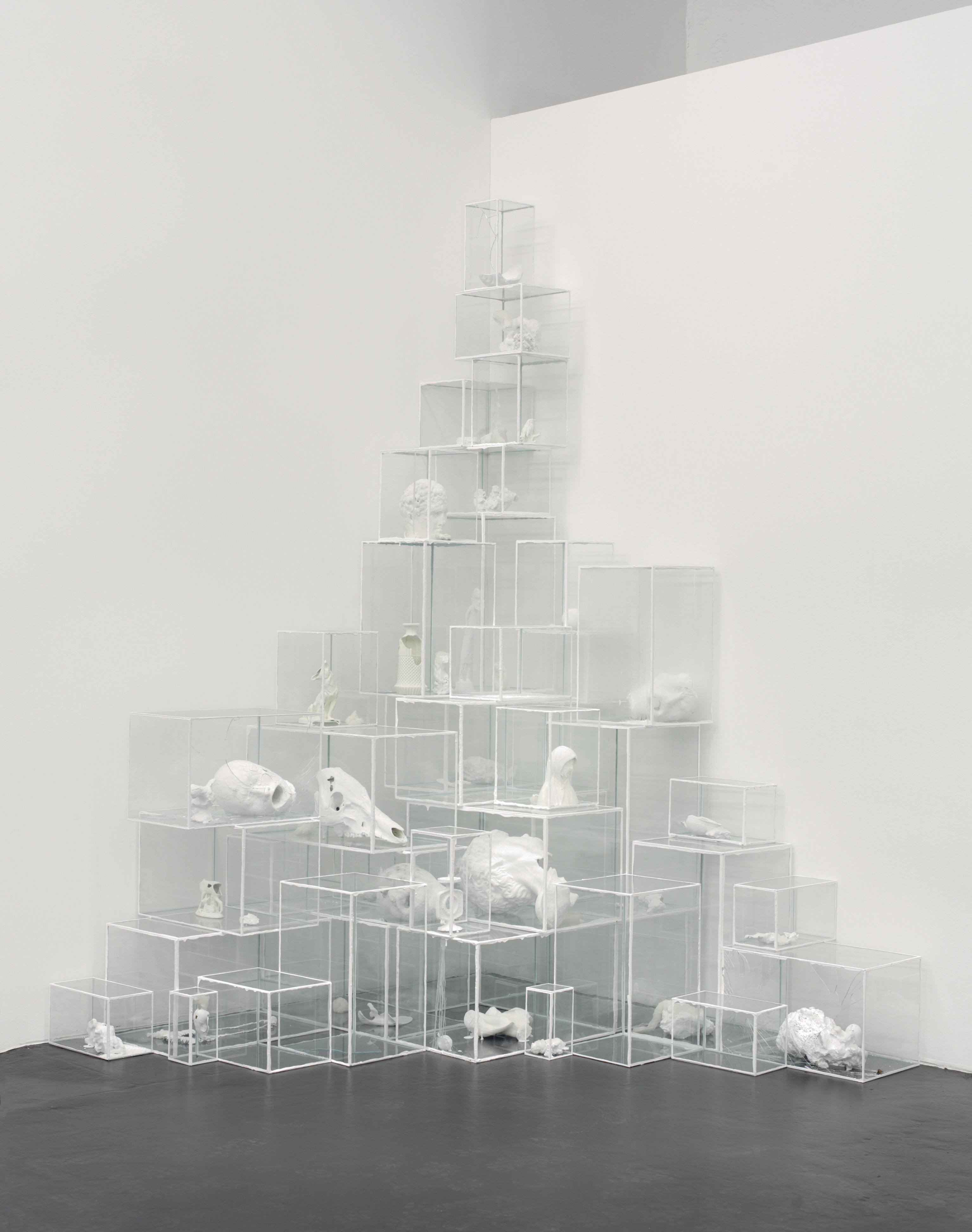 Terence Koh, Untitled (White Light #1), 2006. Installazione, materiali diversi tra cui vernice, gesso, cera, porcellana, legno, metallo, ossa, teschi, plastica, bronzo e materiali organici in 42 vetrine di vetro. Dimensioni variabili (in figura 272x185x190 cm). Collezione privata, Bologna