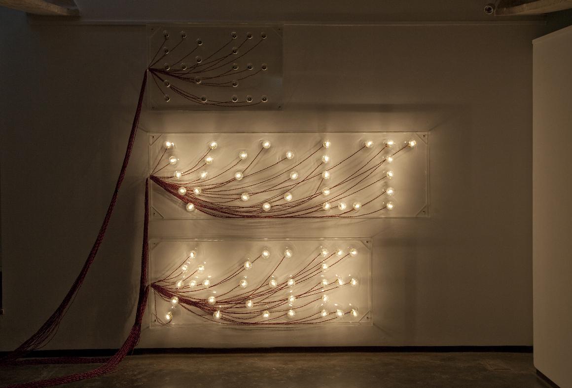 Raqs Media Collective, Revoltage, 2010. Lampadine, policarbonato, elettricità, cm 91,44x63,5x10,16; 182,88x63,5x10,16; 152,4x63,5x10,16.Courtesy gli artisti e Project 88, Mumbai