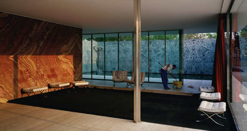 Jeff Wall, Morning Cleaning, Mies van der Rohe Foundation, Barcelona, 1999. Lightbox, 187 x 351 cm. Courtesy dell'artista