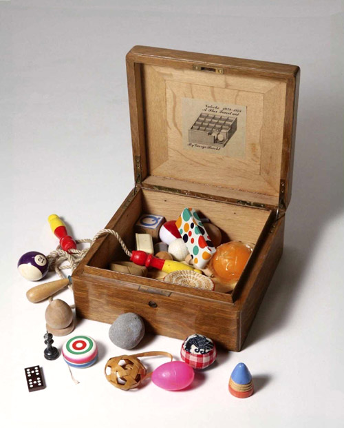 George Brecht, Valoche 1959-1975. Flux fravel aid, 1970Wooden box containing playing plastic and balls Collection Bonotto Archive
