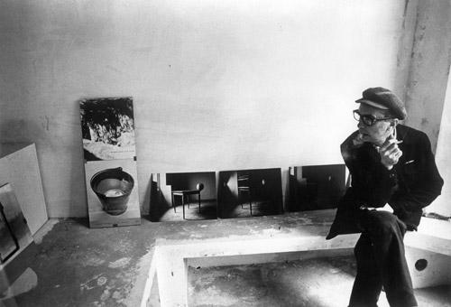 Agnetti nel suo studio con le opere Mass Media e Della Provvisorietà Courtesy Archivio Vincenzo Agnetti Milano