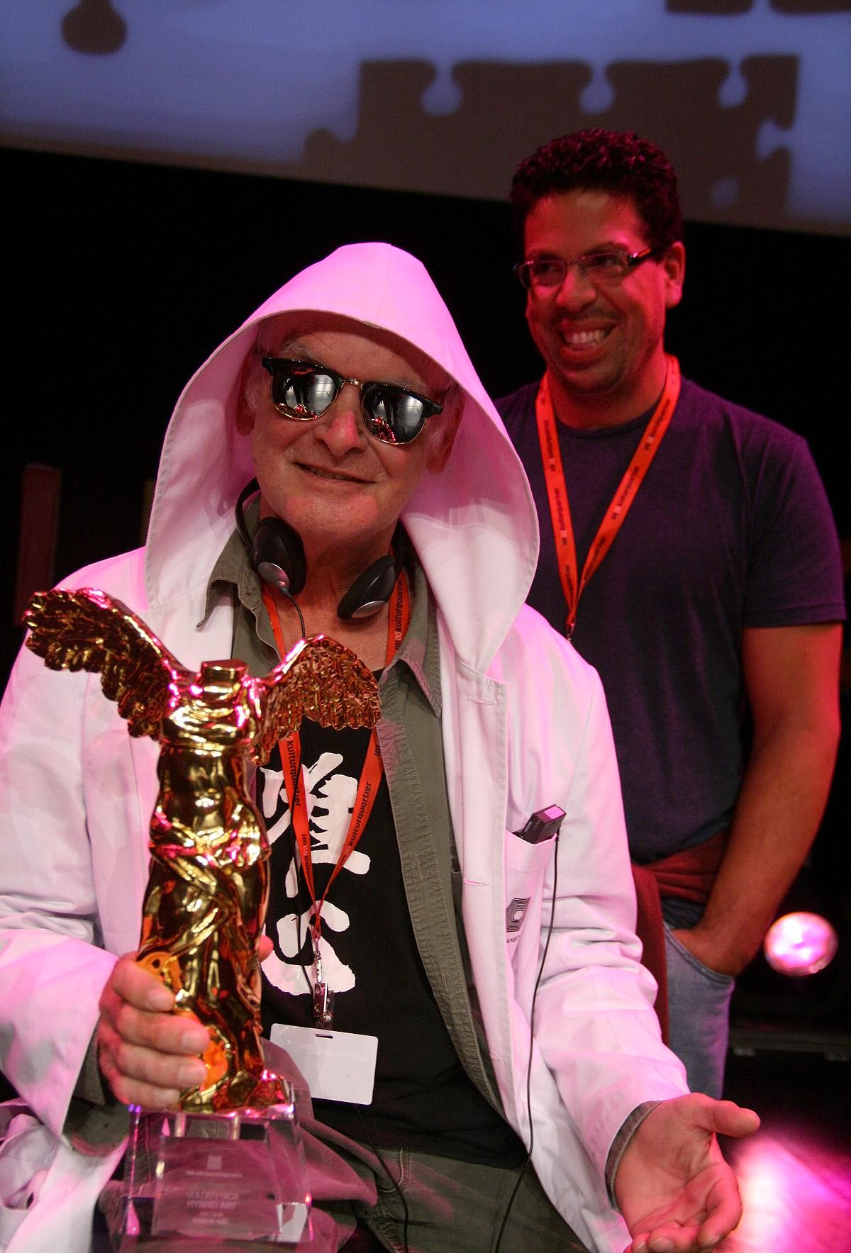 Joe Davis con la Golden nica del premio Ars Electronica 2012 nella categoria Hybrid Art per la sua Bacterial Radio