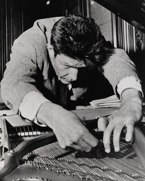 John Cage sul piano preparato