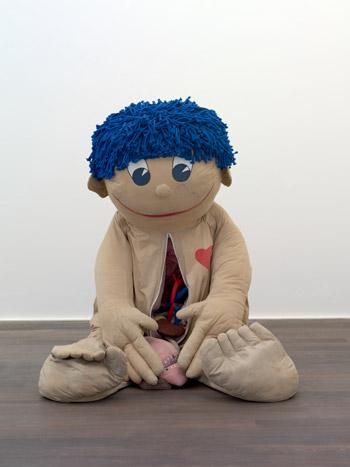 Paul McCarthy, Children's Anatomical Educational Figure, ca. 1990, Tessuto, lana, oggetto trovato Foto: Francesco Galli Courtesy la Biennale di Venezia