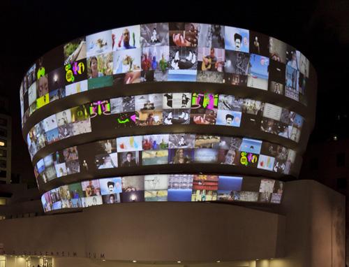 Proiezione di video da YouTube sulla facciata del Guggenheim New York
