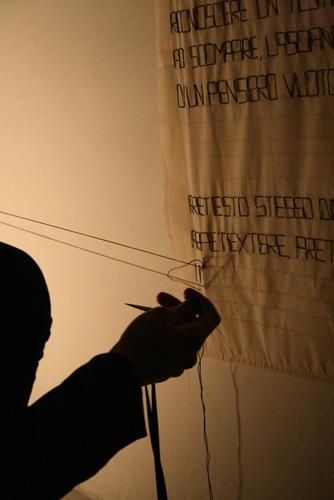 Arianna Fantin, 2011, Performance_1 – Pretesto eLaSTiCo (ex Fragilecontinuo), Bologna, Gennaio 2011, Arte Fiera Off, ph. Greta Bizzotto