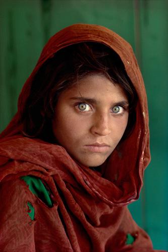 "Sharbat Gula, la ""ragazza afghana"", nel campo profughi di Nasir Bagh, nei pressi di Peshawar, Pakistan, 1984"
