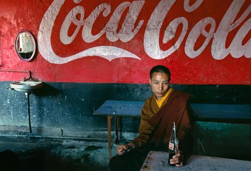 Giovane monaco in una sala da tè, Bodh Gaya, India, 2000