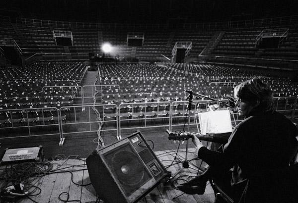Fabrizio de André durante la tournée con la PFM nel 1979 (foto Guido Harari)