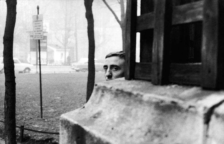 Il pittore Agostino Bonalumi ai giardini di via San Marco, Milano, 1966