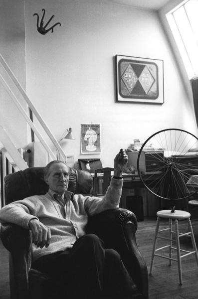 Marcel Duchamp nel suo studio, Hauts-de-Seine. Neuilly-sur-Seine, 1968 © Henri Cartier Bresson/Magnum/Contrasto