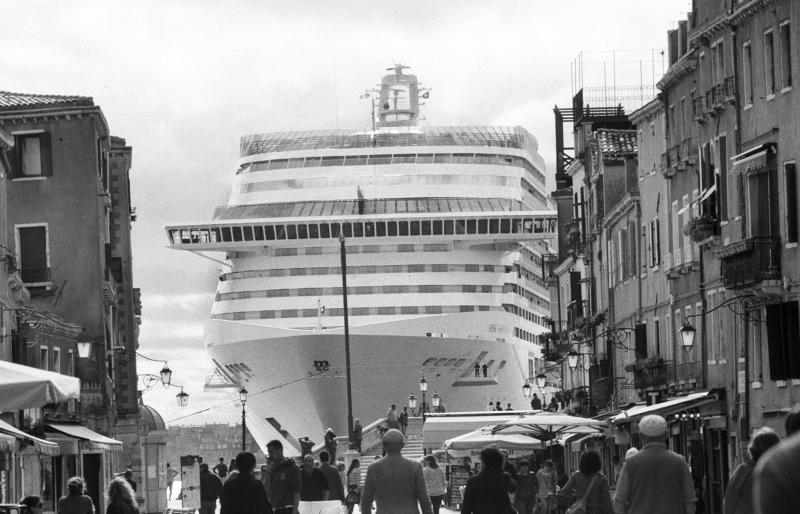 Una grande nave, vista da via Garibaldi, mentre passa davanti alla Riva dei  Sette Martiri, dopo aver lasciato il bacino San Marco, Venezia, aprile 2013  © Gianni Berengo Gardin – Courtesy Fondazione Forma per la Fotografia
