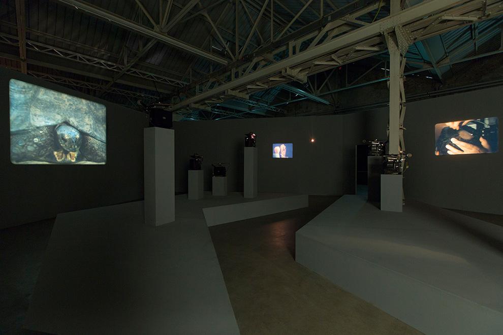 João Maria Gusmão + Pedro Paiva, installazione della mostra presso HangarBicocca, Milano. Photo Agostino Osio, courtesy Fondazione HangarBicocca, Milano