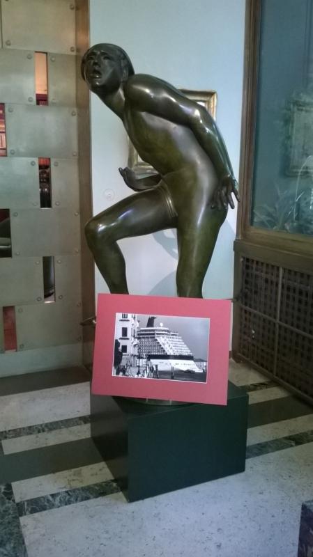 Una delle foto di Gardin davanti al Puro folle (1930) di Adolfo Wildt