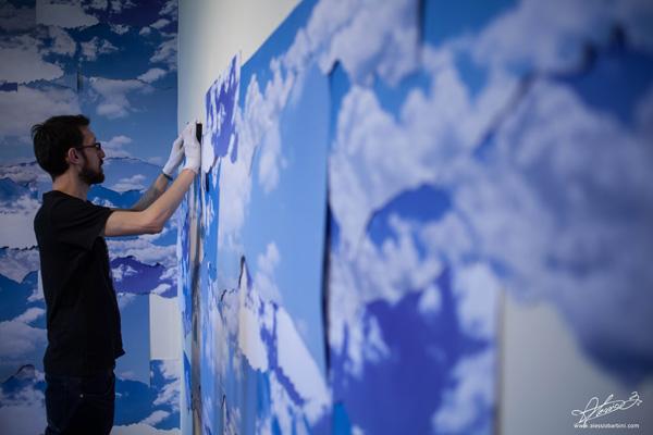"""Gianluca Quaglia durante l'allestimento della mostra """"Se dico aria"""" a Camerano Foto © Alessio Barbini"""