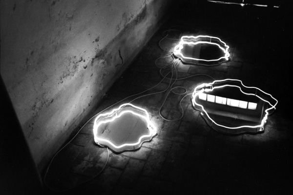 Franco Guerzoni, Pozze d'acqua, specchi e luce al neon, 1969 Foto di Luigi Ghirri e Franco Guerzoni