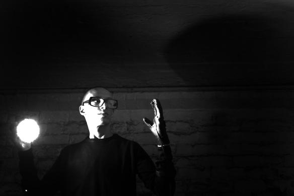 Marco Ceccotto, ritratto con il guanto utilizzato per Squeezing Sound Out Of Light. Ph. Roberto Sartor