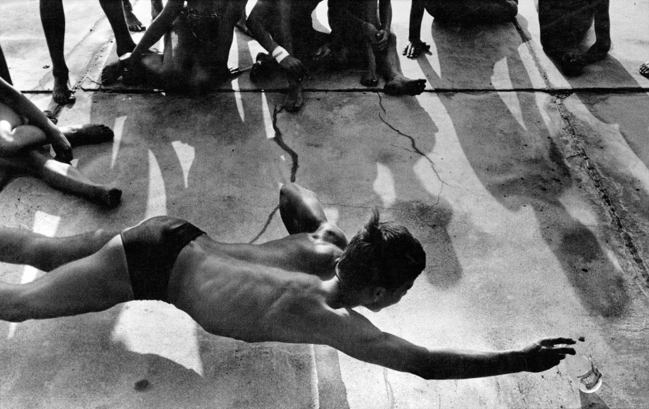Will McBride, Flaschenspiele im Strandbad Wannsee, 1958, Courtesy of Will McBride