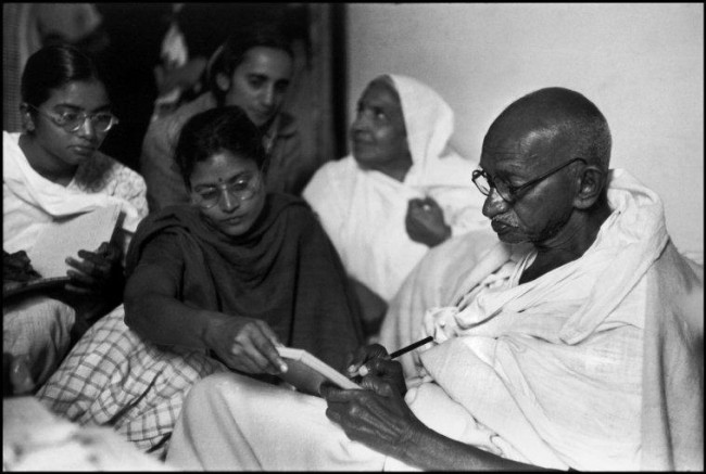 Gandhi dictates a message, just before breaking his fast. Birla House, Dehli, India. 1948. © Henri Cartier-Bresson / Magnum Photos
