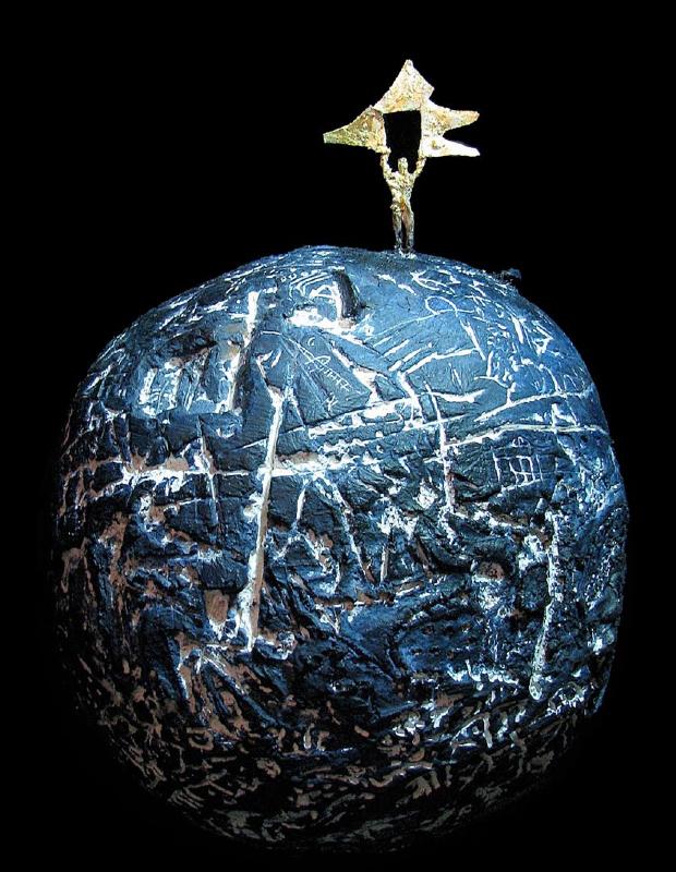 """Medhat Shafik, !???"""", 2014 - Tecnica mista (cemento, gesso, pigmenti, rame, foglia oro) diametro ø 45 cm  Courtesy Marcorossi Artecontemporanea"""