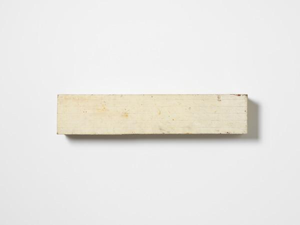 Lawrence Carroll, Untitled, 1985, olio, cera, tela su legno 20,3x96,5x15,2 cm. Museo Cantonale d'Arte, Lugano. Donazione Panza di Biumo