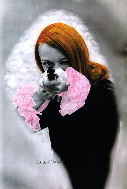 Niki de Saint Phalle en train de viser. 1972, photographie en noir et blanc rehaussée de couleur extraite du film Daddy. © Peter Whitehead