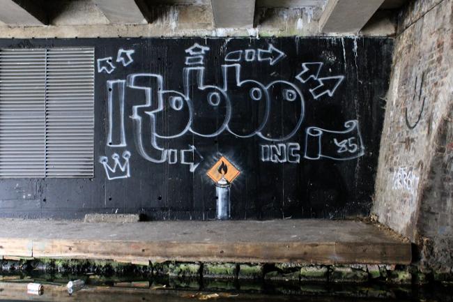 Banksy, Regent's Canal, omaggio a Robbo sul muro della contesa, 2011