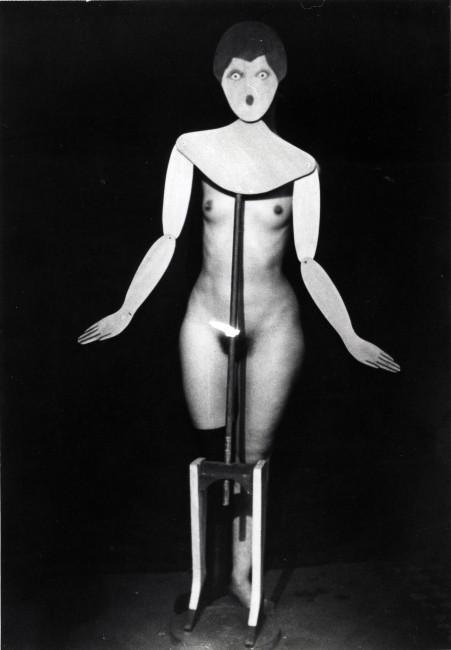 Man Ray, Etiquette (Coat Stand), 1919-1920, fotografia vintage,  Courtesy Fondazione Marconi, Milano, © Man Ray Trust