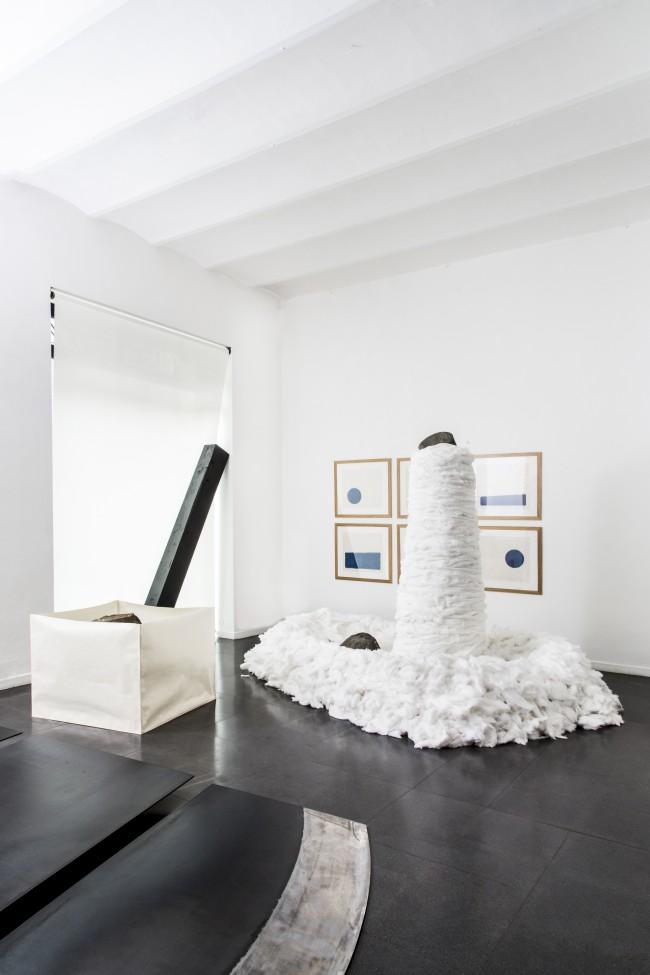 Veduta parziale della mostra Mono-ha, Fondazione Mudima, 2015, foto di Fabio Mantegna