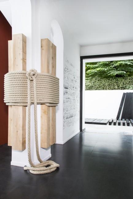 Lee Ufan Relatum, 1969/2015, 250 x 110 x 140 cm, legno, corda foto di Fabio Mantegna