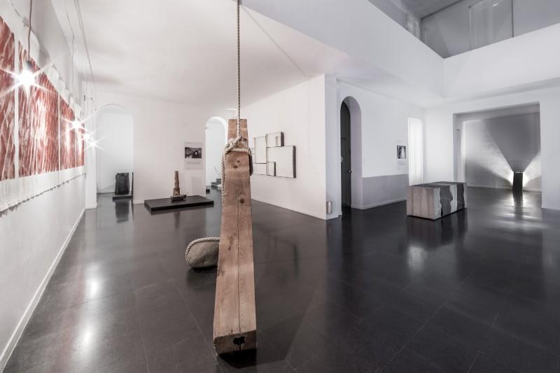 Veduta parziale della mostra Mono-ha Fondazione Mudima, 2015. Foto di Fabio Mantegna