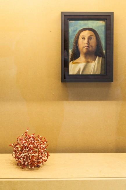 Particolare della mostra, con Testa del Redentore di Giovanni Bellini e Corail Costa Brava di Hubert Duprat. Photo Carlo Beccalli