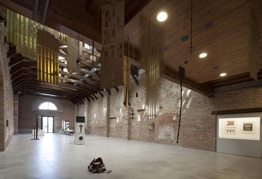 Veduta della mostra Slip of the Tongue, Punta della Dogana, Venezia, 2015. Courtesy of Palazzo Grassi. Photo Matteo De Fina