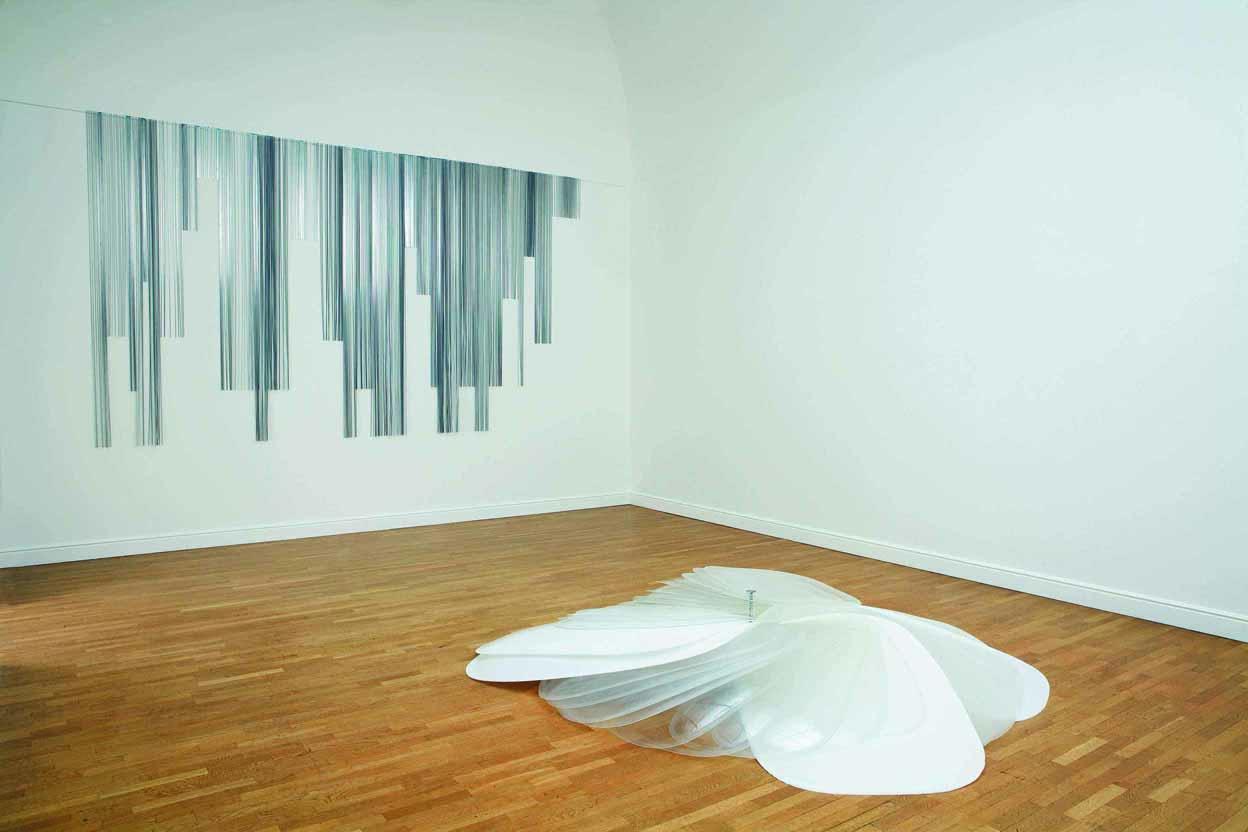 Marie Denis Galerie, Alberta Pane  Tribute, 2008. Quatre-vingt hublots de plexiglas de dimensions variables percés et assemblés sur une tige en inox © Marie Denis / courtesy galerie Alberta Pane