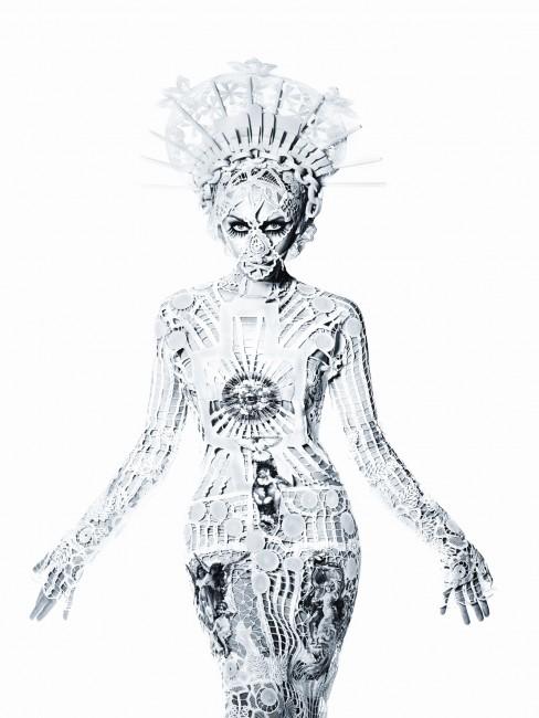 William Baker Kylie Minogue X Tour 2009 Modèle « Immaculata », Robe en filet brodé à grands motifs en lin découpés blancs Collection Les Vierges, Haute couture printemps-été 2007 © Roc Nation / Kylie Minogue