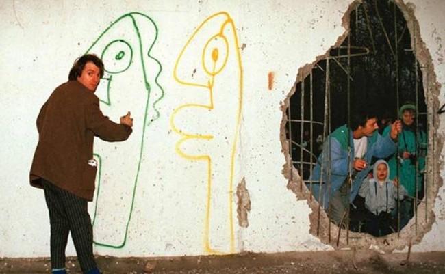 """Thierry Noir nella """"striscia della morte"""", 1989, photo by theguardian.com"""