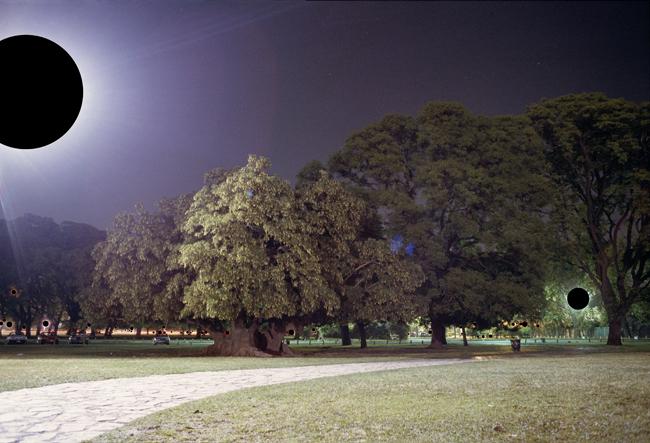 Ernesto Ballesteros, 59 sources de lumière cachées (59 fuentes de luz tapadas), 2005, 86 x 125 cm, photographie intervenue avec un marqueur indélébile noir. Courtesy de l'artiste