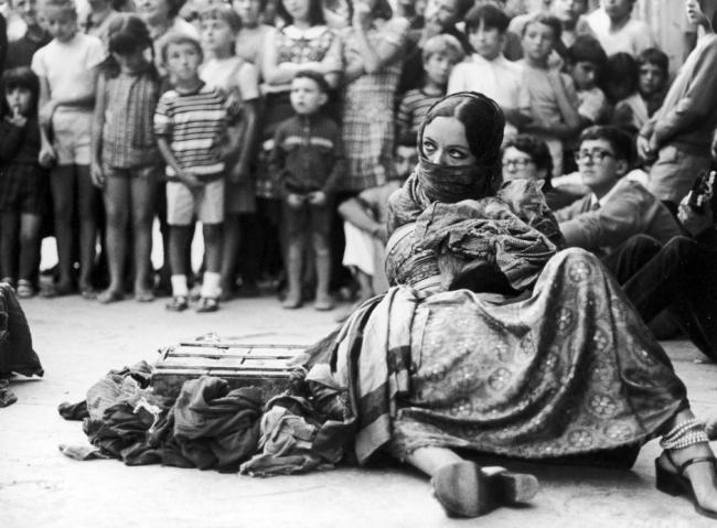 Michelangelo Pistoletto e Lo Zoo, L'uomo ammaestrato, Vernazza, 17 agosto 1968 (dettaglio: Maria Pioppi). (nell'ambito di Per_formare una collezione #2).  Collezione Cittadellarte – Fondazione Pistoletto, Biella. Foto © Bruno Scagliola