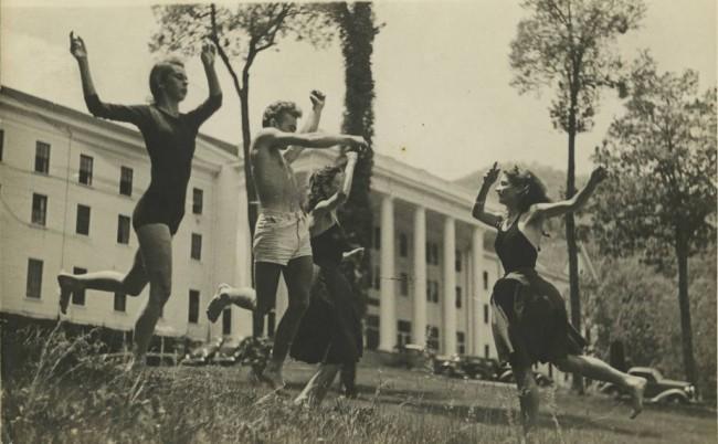 Black Mountain College: Sue Spayth (sin) e studenti davanti alla Lee Hall, Blue Ridge Campus, 1938 c.ca  © Courtesy of Western Regional Archives, States Archives of North Carolina