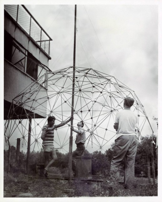 Black Mountain College: Buckminster Fuller Class, Lake Eden Campus, estate 1949  © Courtesy of Western Regional Archives, States Archives of North Carolina.  Foto: Masato Nakagawa