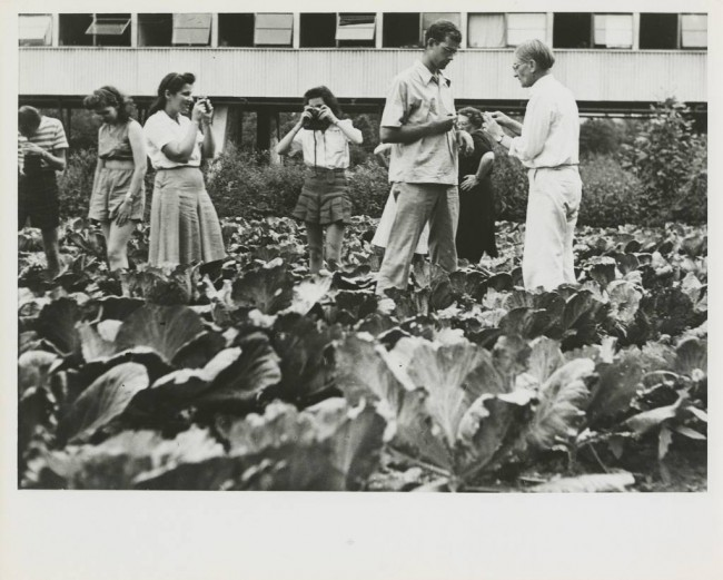 Black Mountain College: Classe di Fotografia con Josef Albers, Lake Eden Campus, 1944 c.ca © Courtesy of Western Regional Archives, States Archives of North Carolina