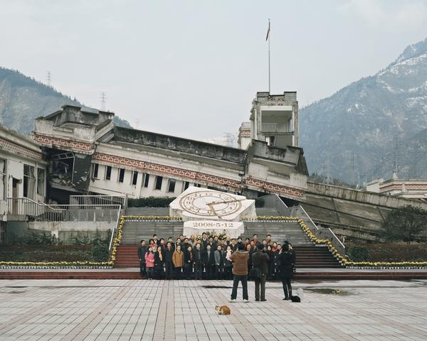 Visite des ruines du tremblement de terre du Wenchuan dans la province du Sichuan (Chine). « Nous arrivons dans la ville de Yingxiu où vous pouvez photographier le collège (environ 53 morts) et l'école primaire ( environ 250 morts) de Xuankou. Avec l'aimable autorisation de l'artiste.  ------- Sichuan Wenchuan earthquake ruins tour (China). 'We arrive in Yingxiu town and take pictures for Xuankou middle school (about 53 died), Xuankou grade school (about 250 died).' Courtesy of the artist.