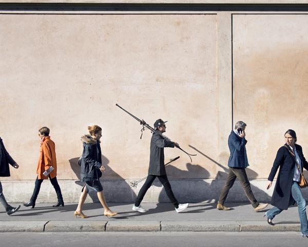 """Paia di sci dalla serie Affaires privées. Accompagnato dalla scritta """"40 €€, Paris Bonjour, vends une paire de ski années 1950-1960 + bâtons. Bon état, idéal pour déco"""". Courtesy dell'artista. Copyright Rencontres Arles"""