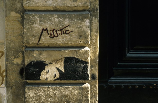 Miss Tic, Quartiere Latino, Parigi, photo by goandgo, 1991 (Licenza Creative Commons BY-SA 2.0 https://creativecommons.org/licenses/by-sa/2.0/)