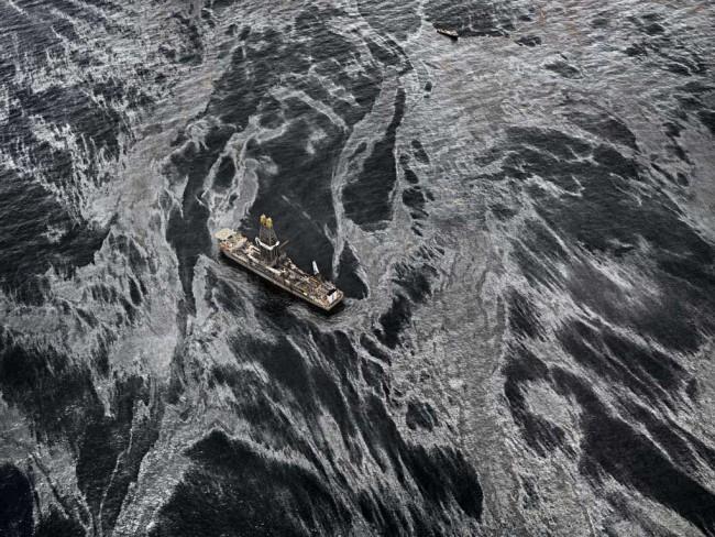 Fuoriuscita di petrolio n. 2 Discover Enterprise, Golfo del Messico, USA 2012 © Edward Burtynsky / courtesy Admira, Milano
