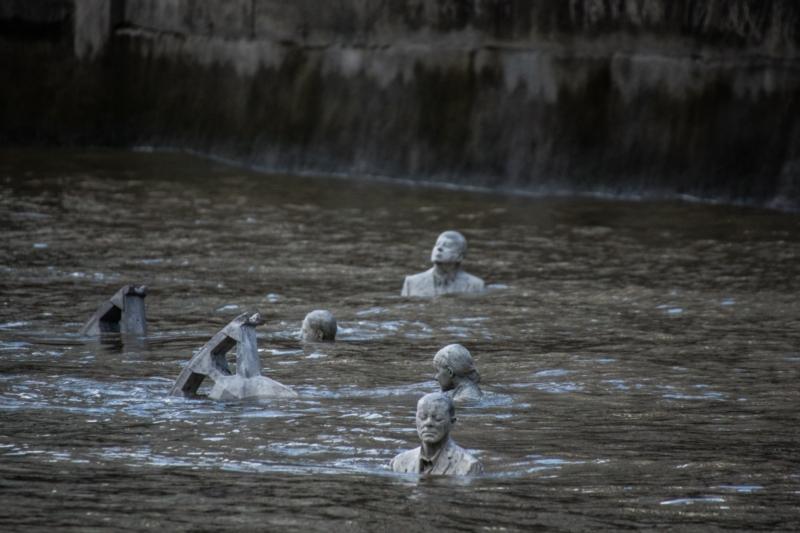 Le sculture con l'alta marea. Foto: Jason deCaires Taylor