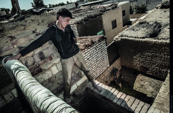 Spazio ONG | FOOD4 | AA.VV. - Il futuro della sicurezza alimentare. Governatorato di Fayyūm, Egitto. Un ragazzino egiziano osserva il proprio asino dal tetto di casa. In Egitto, il 51% della popolazione rurale vive in condizioni di povertà e dipende da un agricoltura di sussistenza. © Gianluca Cecere