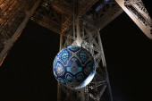 Earth Crisis, la sfera di Shepard Fairey nel cuore della Tour Eiffel