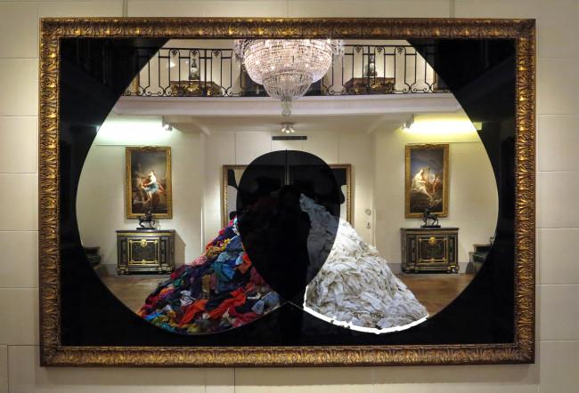 Michelangelo Pistoletto, Buco nero, 2010. Specchio nero e argento, legno dorato cm 173x250. Courtesy GALLERIA CONTINUA, San Gimignano / Beijing / Les Moulins / Habana