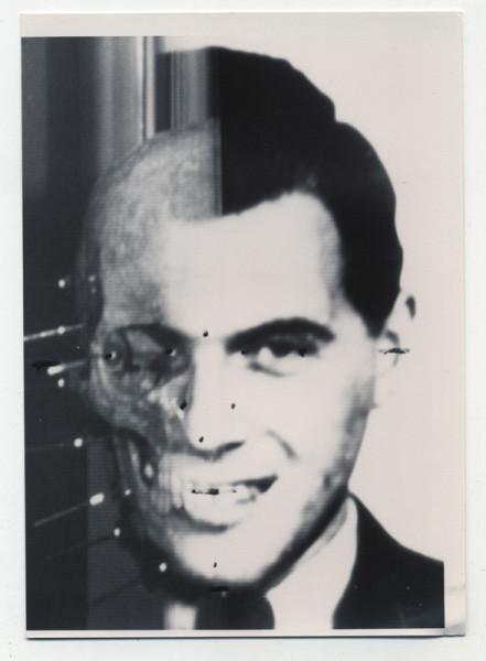 Ritratto di Josef Mengele proveniente dagli archivi SS e di Wolfgang Gerhard (lo pseudonimo di Mengele) ritrovata nell'abitazione dei Bossert in Brasile, coppia che lo ospitò sino alla sua morte. Queste immagini riportano le annotazioni di Richard Helmer, 24 punti che delineano i profili del volto. Courtesy Maja Helmer. © Behördengutachten i.S. von 256 StPD, Lichtbildgutachten Mengele, Josef, geb. 16.03.11 in Güzburg. Bundeskriminalamt, Wiesbaden, June, 14, 1985, courtesy Maja Helmer